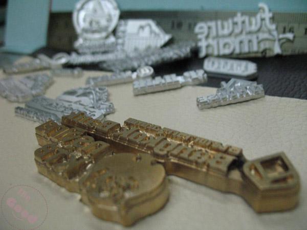 ปั้มโลโก้อย่างมืออาชีพตัวช่างที่ชำนาญการและเครื่องมือทันสมัย
